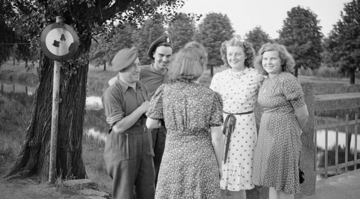 British_soldiers_chatting_to_German_girls,_16_July_1945._BU8902