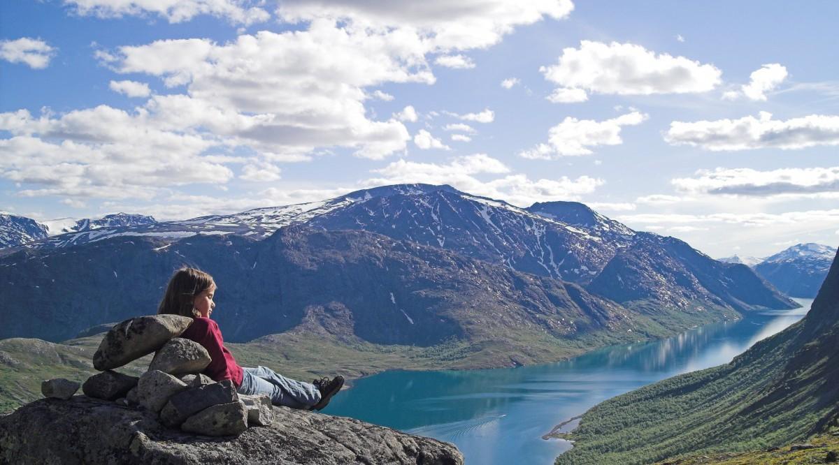 View across Gjende to Knutshøe